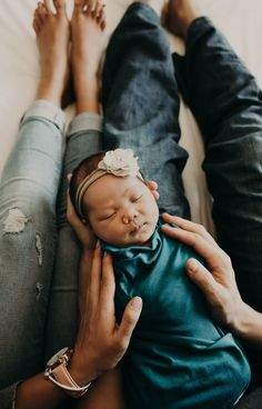 San Francisco Neugeborene Fotograf - Attire: Newborn Photography - Home Newborn Family Pictures, Newborn Baby Photos, Newborn Poses, Baby Girl Newborn, Newborn Session, Family Photos, Sibling Poses, Family Posing, Family Portraits