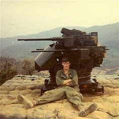 Soldier of the Airborne Infantry Regiment, 101 st Airborn Infantry Division leans on a Quad consisting of four Browning machine guns mounted in a power turret. Vietnam History, Vietnam War Photos, Vietnam Veterans, Military Photos, Military History, American War, American History, Photo Avion, War Machine