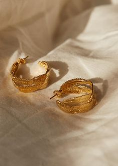 Mona Hoop Earrings by Sézane // Sustainable Holiday Gifts For Women on The Good Trade Gold Jewelry, Jewelry Accessories, Jewelry Design, Jewellery, Fine Jewelry, Mona, Best Trade, Sustainable Gifts, Ethical Brands