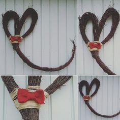 Koivun oksista (risuista) muotoiltu sydän jossa juutinnarua ja virkattu rusetti