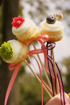Sweet cupcake skewers: Vanilla Almond cupcakes topped with floral decorations atop wooden skewers and tied with vintage inspired lace ribbon. How To Make Cupcakes, Sweet Cupcakes, Yummy Cupcakes, Mini Cupcakes, Almond Cupcakes, Cupcake Bakery, Cupcake Recipes, Cupcake Ideas, Creative Cakes