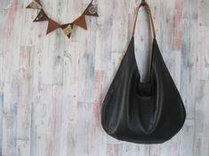 【商品説明】口元の切りっぱなしがおしゃれなワンショルダーバッグです。使用した革は、ディア調のシュリンクでとてもソフトなクロム鞣しレザーです。お色は、ごく黒に近...