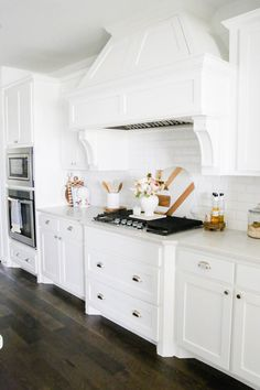 White kitchen with marble and wood cutting boards. Home Decor Styles, Cheap Home Decor, Home Decor Accessories, Diy Home Decor, Modern Farmhouse Kitchens, Country Kitchen, Farmhouse Style, White Kitchens, Dream Kitchens