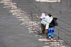 El puente colgante Hussaini en Pakistán es considerado el Puente más peligroso del mundo. La pasarela, como otras tantas de la región, es vieja, estrecha y le faltan algunas partes.