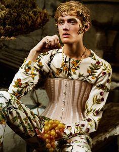 Where The Wild Roses Grow, flair magazine, Dezembro 2015, Jeff Bark. O género masculino e feminino numa composição romântica em que um rapaz é colocado numa reinterpretação de um corpete barroco.