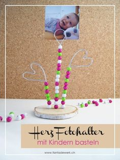 Make a photo holder with a heart - so easy!-Bastle einen Fotohalter mit Herz – so einfach! – Fantasiewerk Photo holder heart with pearls – children make a gift for Valentine& Day by Fantasiewerk - Diy Mothers Day Gifts, Fathers Day, Diy Crafts To Do, Crafts For Kids, Creative Crafts, Yarn Crafts, Photo Holders, Mother's Day Diy, Make A Gift