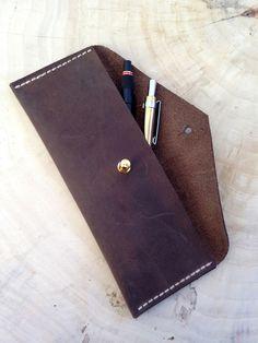 Feines Stiftemäppchen aus Leder mit Nietknopf. Dieses zeitlose Etui aus Fettleder wird in Handarbeit gefertigt. Im laufe der Jahre erhalten diese Mäppchen ihre eigene Patina, und entwickeln somit...