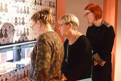 Monet avajaisvieraat löysivät vitriineistä heille jo entuudestaan tuttuja Kalevala Koruja.