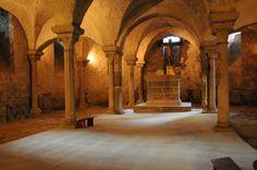 Die Krypta liegt unterhalb des Chores. Sie ist oft Grabkammer für Gebeine oder Aufbewahrungsort der Reliquien.