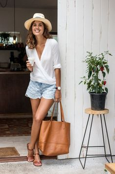 White blouse and light blue shorts, cute casual outfit Mode Outfits, Short Outfits, Summer Outfits, Casual Outfits, Sexy Outfits, Beach Holiday Outfits, Fashionable Outfits, Look Fashion, Womens Fashion