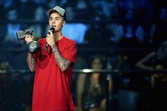 Justin Bieber ganha cinco troféus e  domina o EMA 2015. Anitta ganha prêmio de artista latina #Anitta, #Bad, #Cantora, #Diplo, #EdSheeran, #HipHop, #JustinBieber, #Minaj, #MTV, #Mundo, #Música, #NickiMinaj, #Novo, #OneDirection, #Pop, #Prêmio, #Rihanna, #Rock, #TaylorSwift, #Vídeo http://popzone.tv/2015/10/justin-bieber-ganha-cinco-trofeus-e-domina-o-ema-2015-anitta-ganha-premio-de-artista-latina/