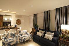 Sofá azul marinho e poltronas floral