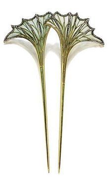 Louis Aucoc (1850-1932) - Art Nouveau Fan-Shaped Leaves Hair Comb. Plique-à-jour Enamel with small Rose-Cut Diamonds in the Veins. Circa 1900.