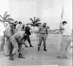 Fidel Castro e Che Guevara giocano a golf: la foto storica che piace a Renzi