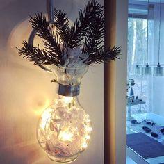 Today I'm fighting a flu and drinking warm blackberry juice, covered up in blankets, and all lights off or at least dimmed ☺️ #dimmedlights #smalllights #ledlights #cozy #coziness #hygge #goawayflu #rivieramaison #cordobavase #lightsinavase #sprucetwigs #garland #garlandinavase #flunssankarkoitus #kotona #mustaherukkamehua #hämärässä #valotmaljakossa #peitonalle
