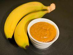Банановый кетчуп. 2 ч.л. раст. масла  1 небольшая луковица 2-3 зубчика чеснока 1 ст.л. мелко рубленного халапеньо 2 ч.л. тертого имбиря  1/2 ч.л. молотой куркумы   1/4 ч.л  молотого душистого перца 4 средних банана 120 мл. яблочного уксуса 2 ст.л. меда 2 ст.л. рома 1 ст.л. томатной пасты 1 ст.л. соевого соуса 1/2 ч.л. соли  1. Разогрейте масло в сковороде. Добавьте лук и готовьте около 5 минут, до прозрачности. Добавьте чеснок, халапеньо, куркуму, душистый перец, обжаривайте около 40 секунд…