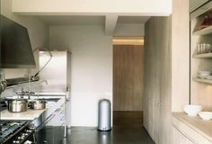 In addition to designing suavely minimalist residential and commercial projects, Antwerp-based architect Vincent Van Duysen has designed earthenware bowls Kitchen Interior, Kitchen Design, Kitchen Ideas, Vincent Van Duysen, Timber Kitchen, Staining Cabinets, Cabinet Stain, Blonde Wood, Building A New Home