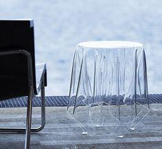 """John Bauer, designer et fondateur de l'entreprise danoise Essey, signe cette étonnante table d'appoint transparente. """"Illusion est une déclaration intempor"""