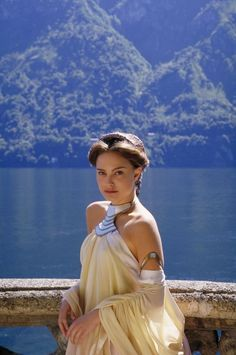 Star Wars: Episode II - Attack of the Clones with Natalie Portman as Queen Amidala (My fave character). Star Wars Padme, Amidala Star Wars, Queen Amidala, Natalie Portman Star Wars, Natalie Portman Movies, Star Wars Episode 2, Costume Star Wars, Mode Costume, Mathilda Lando