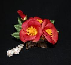 ツバキの花は古来から日本人に愛され、古くは『日本書紀』において、その記録が残されています。また万葉集にも9首の歌が残っています。素材:布など 留め具:20山コ...|ハンドメイド、手作り、手仕事品の通販・販売・購入ならCreema。