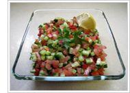 イスラエルサラダ キュウリ、トマト、ピーマン、タマネギはサイコロ形に切る。切った野菜をサラダボウルに入れ、オリーブ油とレモンの絞り汁を加えて混ぜる。塩、こしょうを好みで加える。