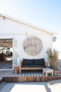 english beach cottage style Let's Go Outside Ferrari's Farmhouse Living Room Modern, Coastal Living, Living Rooms, Outdoor Spaces, Outdoor Living, Outdoor Decor, Surf House, Beach House, Beach Patio