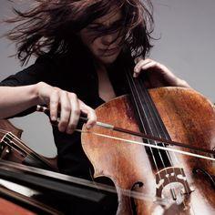 La spiavo dalle finestre del salone dove si esercitava strigliando con dolcezza le corde del violoncello. Sembrava cercare melodie perdute e la musica sorgeva dallo strumento come un figlio nasce dalla madre. (L'amore segreto)