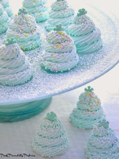 Today I made some pretty Meringue Christmas Trees to share with you! Meringues are one of the easiest cookies to make and comes to. Christmas Desserts, Christmas Treats, Christmas Baking, Holiday Treats, Christmas Pavlova, Christmas Tree Cake, Christmas Biscuits, Meringue Cookie Recipe, Simple Christmas