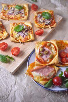 Mini pizze z ciasta francuskiego z szynką - przepis na szybką przekąskę Grilling Recipes, Snack Recipes, Cooking Recipes, Healthy Recipes, Snacks, Good Food, Yummy Food, Fat Foods, Best Dishes