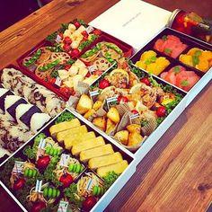 運動会弁当 by akiakko at Food To Go, Food And Drink, Food Art Bento, Cute Food, Yummy Food, Boite A Lunch, Bento Recipes, Picnic Foods, Food Platters