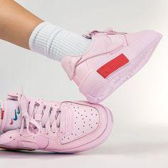 REMINDER 19 AUG 😍💗 Wat vinden jullie van deze roze knaller, de Nike Air Force 1 Fontanka 'Foam Pink'? Een krachtig design met zacht roze leer en bijzondere stiksels, een eerbetoon aan het rebelse underground uitgaansleven in Sint-Petersburg. Air Force 1, Nike Air Force, Poses, Lifestyle, Sneakers, Pink, Design, Fashion, Figure Poses