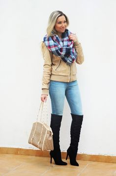 Hoje o Look do dia é casual chic. Peças práticas, como uns jeans, juntamente com outras menos casuais. Adoro usar botas acima do joelho (ou over the knee boots) com jeans e não somente com vestidos ou saias curtas. Outfit. Dicas de Moda e Imagem no Blog de Moda Style Statement. Padrão xadrez tartan. Camel. Tendências Outono/Inverno. Blog de moda portugal, blogues de moda portugueses.