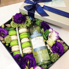 киев . +380504425029 все права защищены #box #macaron #flowers #vine #loveflowersbox коробочка с цветами и макарон сладостями Киев