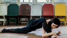 若い女性ストレッチに木製床 stock photo