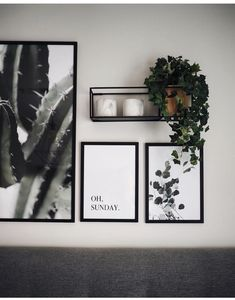 Gallery wall with simple prints and plants .- Galeriewand mit einfachen Drucken und Pflanzen Gallery wall with simple prints and plants press -