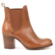 Cognac basic Chelsea boots in wide block heel leather. The narrow … Cognacfarbene Chelsea-Stiefel aus Leder mit breitem Blockabsatz. White Heel Boots, Cognac Boots, Low Boots, Boots Chelsea, New Shoes, Shoes Heels, Winter Mode, Pumps, Sneaker Heels
