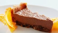 A rich and creamy cake that can be orange-chocolate flavored. Chocolate Mousse Pie, Raw Chocolate, Mousse Cake, Chocolate Orange, Chocolate Flavors, Raw Food Recipes, Sweet Recipes, Cake Recipes, Food Cakes