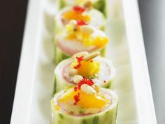 Gurkenrouladen mit Mandarine und Pinienkernen ist ein Rezept mit frischen Zutaten aus der Kategorie Südfrucht. Probieren Sie dieses und weitere Rezepte von EAT SMARTER!