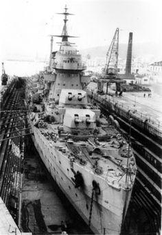 Barco de guerra no estaleiro