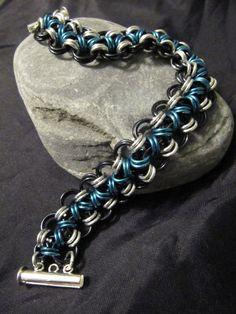 Artículos similares a Blue, negro, pulsera de plata Chainmaille (cota, cota de malla, anodizado) en Etsy