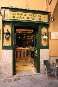 Chocolatería San Gines  abierta 24h, mas famosa de Madrid. forma parte del recorrido de Valle-Inclán