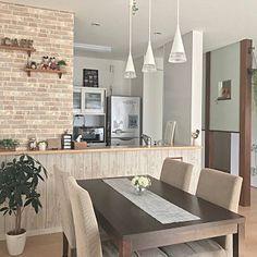 女性で、4LDKの、Overview/ダイソー/ダイニングテーブル/ペンダントライト/テーブルランナー/サンゲツ/板壁風壁紙/建売/レンガ調壁紙/人工観葉植物/ニトリのフェイクフラワーについてのインテリア実例。 「ダイニングテーブルに...」 (2018-08-10 09:26:27に共有されました) Japanese Home Decor, Japanese House, Kitchen Bar Design, House Rooms, Home And Living, Decoration, Kitchen Remodel, Small Spaces, House Plans