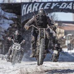 Jumping a vintage Harley Davidson while racing in the snow = balls of steel. Motos Bobber, Bobber Chopper, Scrambler, Honda Bobber, Harley Bobber, Inazuma Cafe Racer, Cafe Racer Honda, Ducati, Motocross