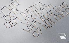 Omdat voor de creatie van letters-in-steen enkel gebruik gemaakt wordt van natuurlijk materiaal, laat zo'n uniek vormgegeven tekststeen zich gemakkelijk integreren in zowel traditionele als in hedendaagse architectuur. We praten graag met architecten en bouwheren die in het schrijven-in-steen een krachtig, geïntegreerd expressiemiddel herkennen dat ongekende mogelijkheden aanreikt voor een gepersonaliseerde bouwstijl.