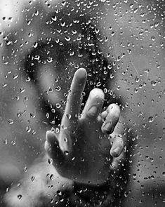 U know one thing.I love the rain Rain Photography, Creative Photography, Portrait Photography, Hand Fotografie, Rainy Window, Honey And Clover, Kreative Portraits, I Love Rain, Fotografia Macro