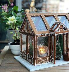 Has it come to your mind that gelatin leaves could be used that way - this lovely Christmas gingerbread house has true windows nos. Just amazing! Gingerbread House Designs, Christmas Gingerbread House, Noel Christmas, Christmas Desserts, Christmas Treats, Christmas Baking, Winter Christmas, Christmas Cookies, Christmas Decorations