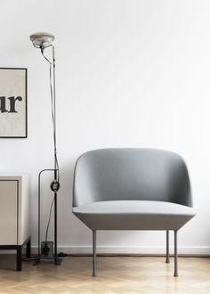Fauteuil Oslo MUUTO - http://www.goodobject.me/canapes-poufs-design/1135-fauteuil-muuto-oslo.html Sentiment de fragilité avec les 4 pieds en aluminium, le fauteuil Oslo est très robuste et stable, affirmant sa présence par le choix du coloris que vous ferez: rouge foncé ou rouge tangerine / gris medium ou gris foncé. Avec son assise rembourrée et son dossier enveloppant, le fauteuil Oslo est d'un confort inattendu : on pourrait y passer des heures à lire, à parler et à s'assoupir.