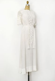 ANTIQUE EDWARDIAN WHITE WEDDING DRESS WITH LACE. It's so pretty. I'm getting all Anne of Green Gables up in here.