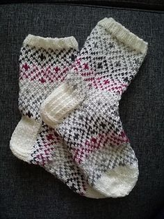 This is a really easy pattern for beginners. Using solid color yarn for base and self striping yarn for the pattern you can create many interesting and striking combinations. The pattern is designed for socks but it can be used basically anywhere. I think this pattern would look good on mittens as well.