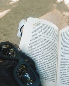 Ławki łażenie Łazienki leżenie (łaskotki)  #czytamy #łazienki #czytambolubie #czytam #terazczytam #książka #książki #vzcopoland #books #book #read #reading #reader #instagood #czytanie #polskaczyta #instagramczyta #czytaniejestsexy #niedziela #igerswarsaw #vzcowarsaw #peternadas #park
